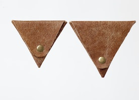 Looking for a great his/hers gift? Birthday? Anniversary? Valentines Day? (yes, that's coming up soon!)…. Check out this perfect gift set that won't break the bank!  >>Set of 2 triangle leather coin purses<<