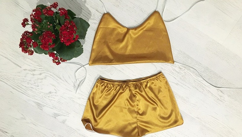 Women's sporty satin pajama set (short and top)