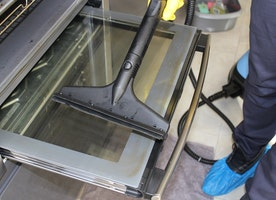 Useful tips for cleaning a greasy and burnt-on oven tray
