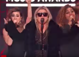 Kelly Clarkson did such an amazing job opening the Billboard Music Awards last night! Here is her medley performance.