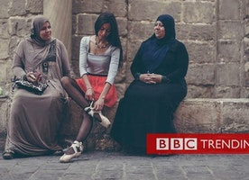 Ballerinas storm the streets of Cairo - BBC News