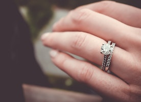 Choose a diamond ring without blowing your budget